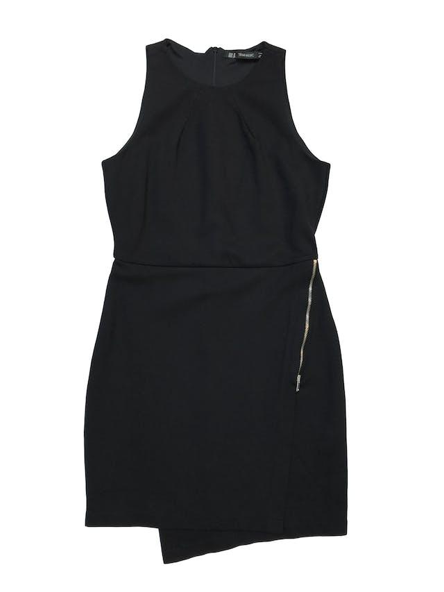 Vestido Zara negro de tela gruesa stretch con cierre invisible posterior, forro en el top, falda cruzada con cierre lateral. Precio original S/199. Busto 90cm Largo 80 cm foto 1