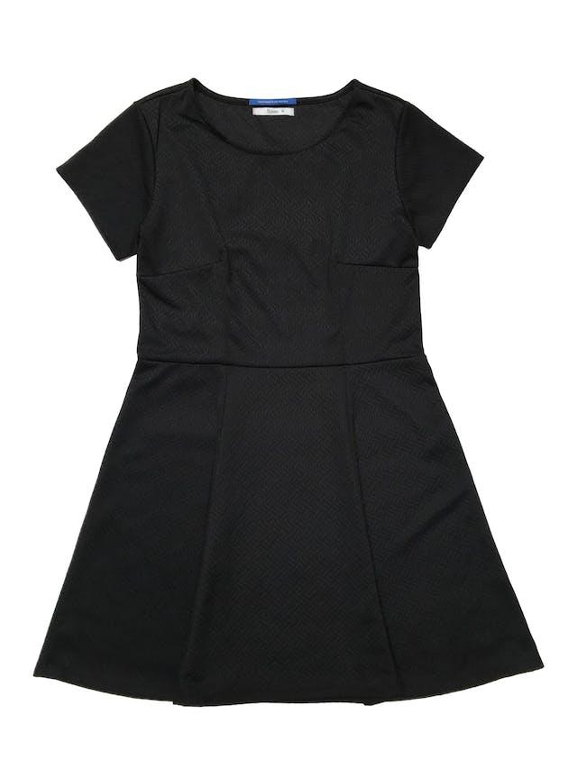 Vestido Sokso de tela negra texturizada stretch y falda campana. Largo 85cm foto 1