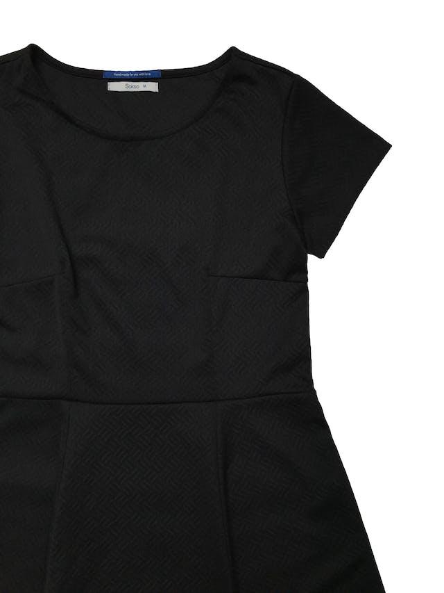 Vestido Sokso de tela negra texturizada stretch y falda campana. Largo 85cm foto 2