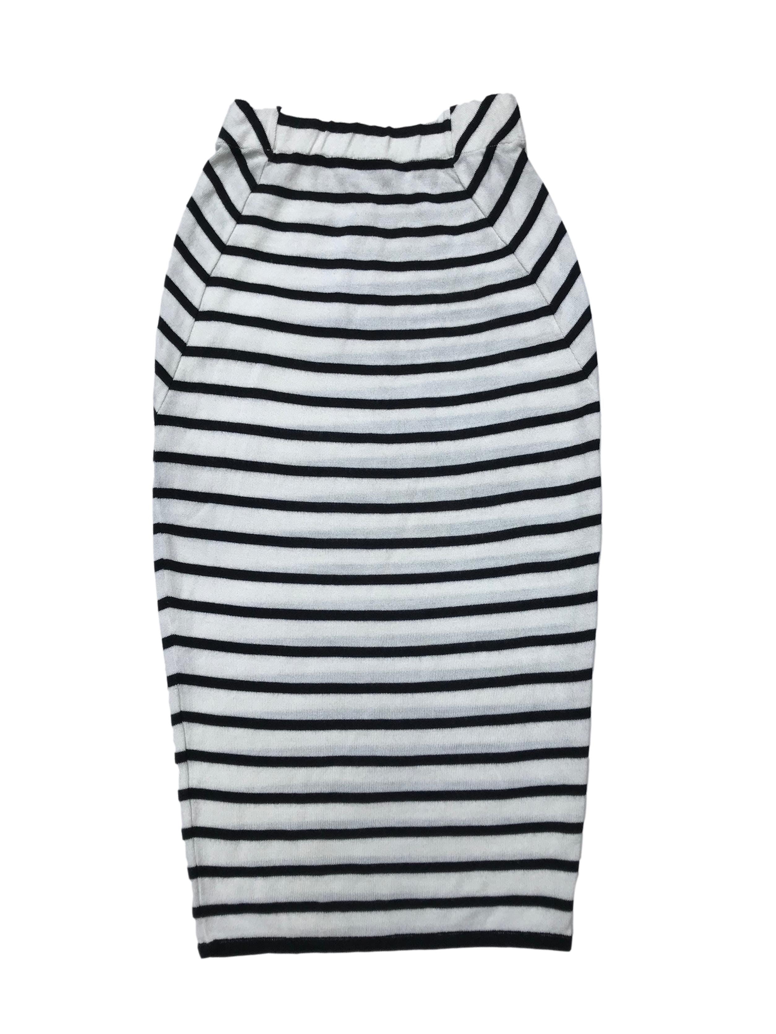 Falda midi de punto crema con líneas negras, elástico en la pretina, corte tubo. Largo 75 cm.