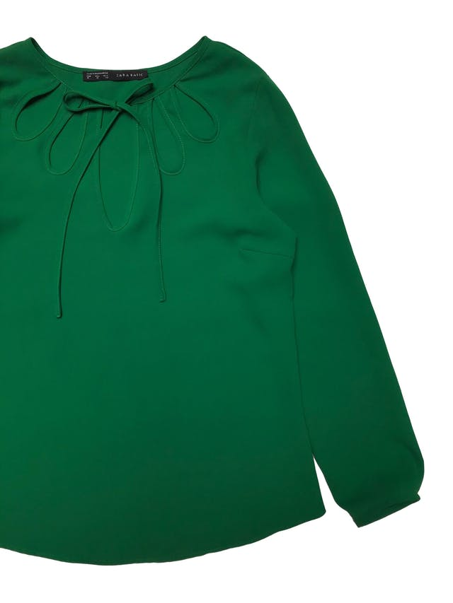 Blusa Zara tipo gasa gruesa verde, escote de gota con tira para amarrar. Precio original S/ 139. Busto 100 cm Largo 60cm foto 2