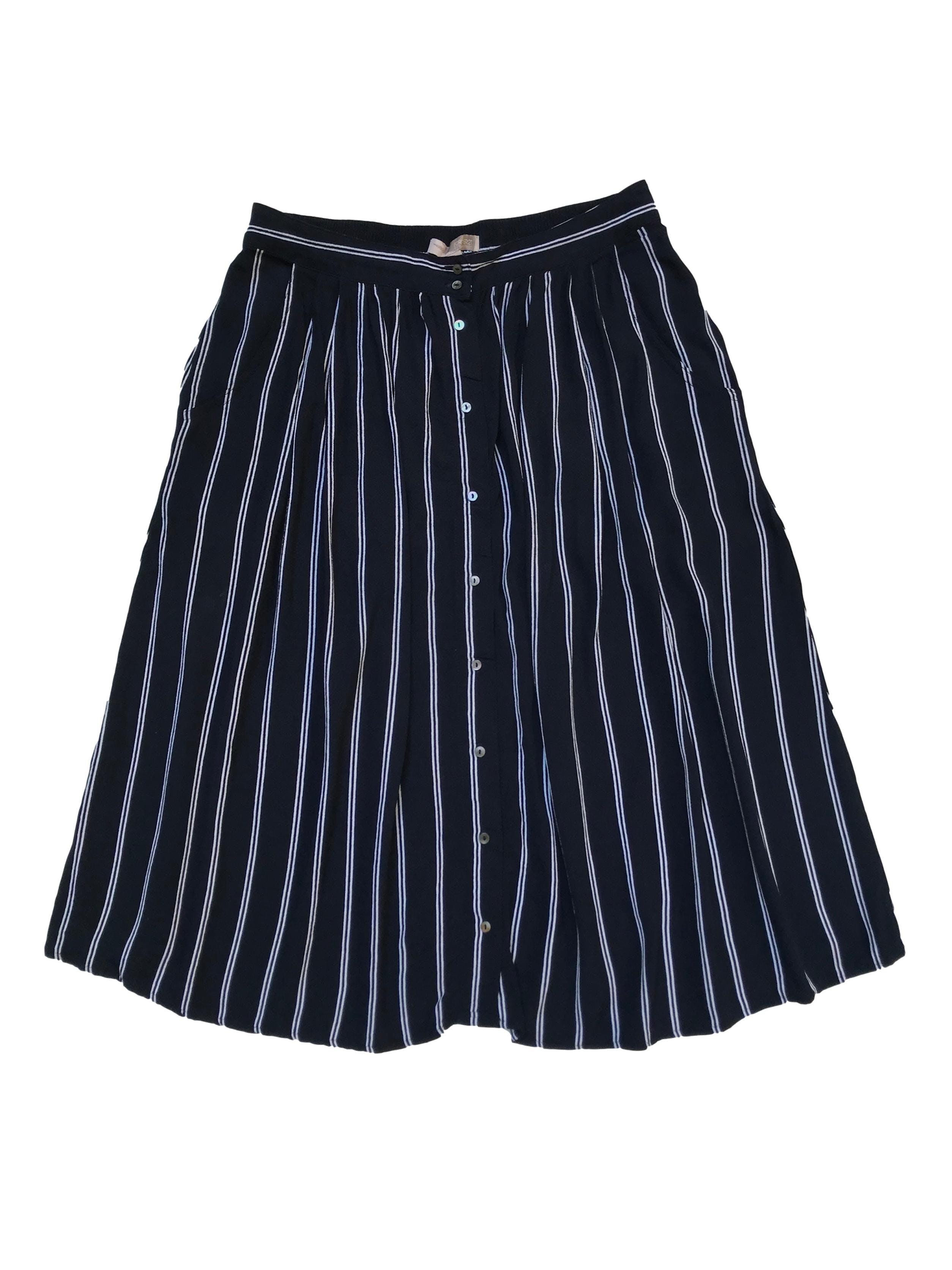 Falda midi Forever 21 de rayón azul con botones nacarados al centro y bolsillos laterales, pretina elástica atrás. Cintura 74cm sin estirar Largo 68cm