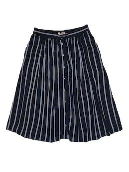 Falda midi Forever 21 de rayón azul con botones nacarados al centro y bolsillos laterales, pretina elástica atrás. Cintura 74cm sin estirar Largo 68cm  foto 1