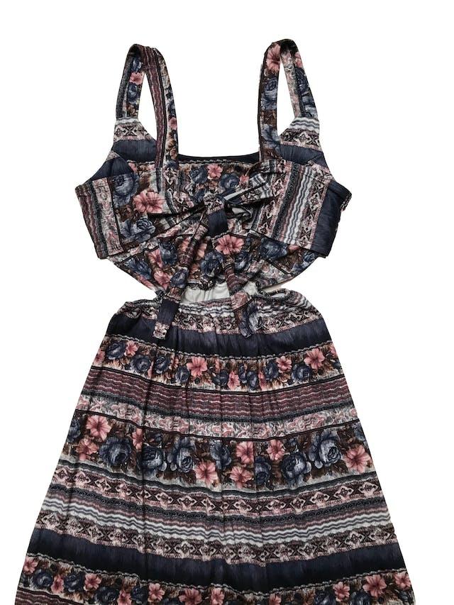 Vestido Faveron de tela suave, con elástico en la cintura. Se amarra atrás para completar la parte superior del vestido. Pequeñas aberturas en los laterales de la falda. Largo: 145 cm foto 2