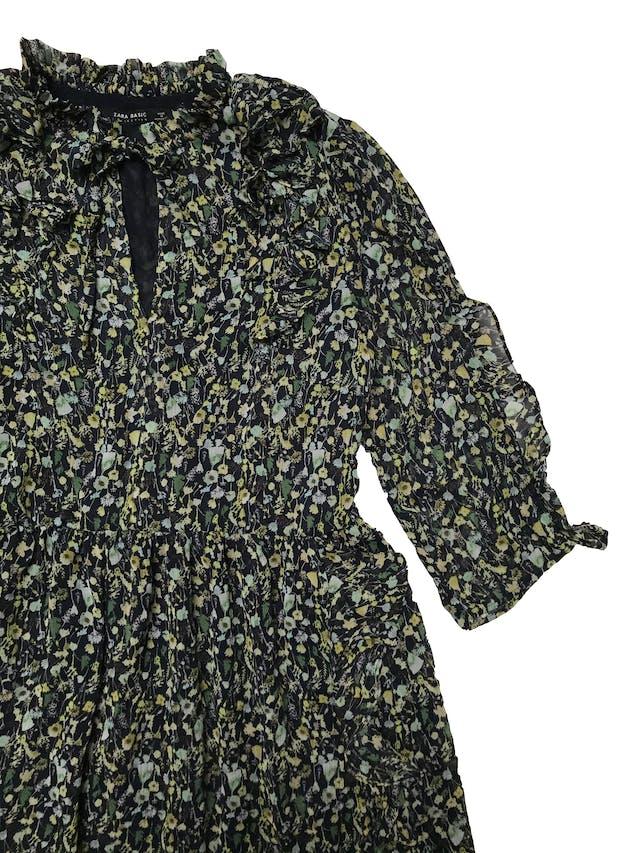 Vestido Zara de gasa azul con estampado de hojas verdes, se amarra en el cuello, volantes en cuello, mangas y falda, es forrado. Busto 100cm Largo 82cm foto 2
