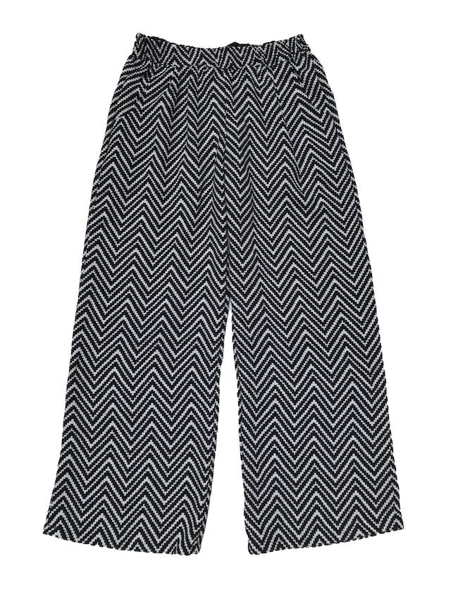 Pantalón bota ancha de tela gruesa en zigzag blanco y negro, forro short, pretina elástica y bolsillos laterales. Pretina 76cm sin estirar foto 1
