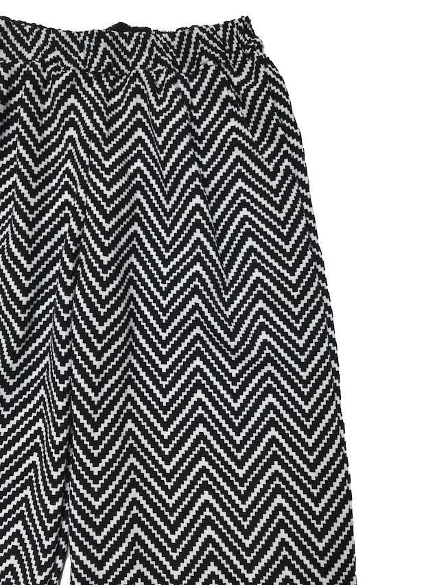 Pantalón bota ancha de tela gruesa en zigzag blanco y negro, forro short, pretina elástica y bolsillos laterales. Pretina 76cm sin estirar foto 2