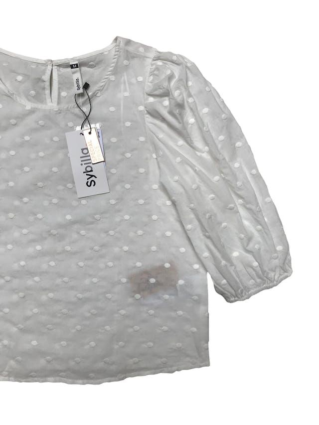 Blusa Sybilla blanca con textura de puntos bordados 100% algodón, mangas 3/4 bombachas con elástico y botón posterior en el cuello. Busto 100cm Largo 51cmNuevo con etiqueta foto 2