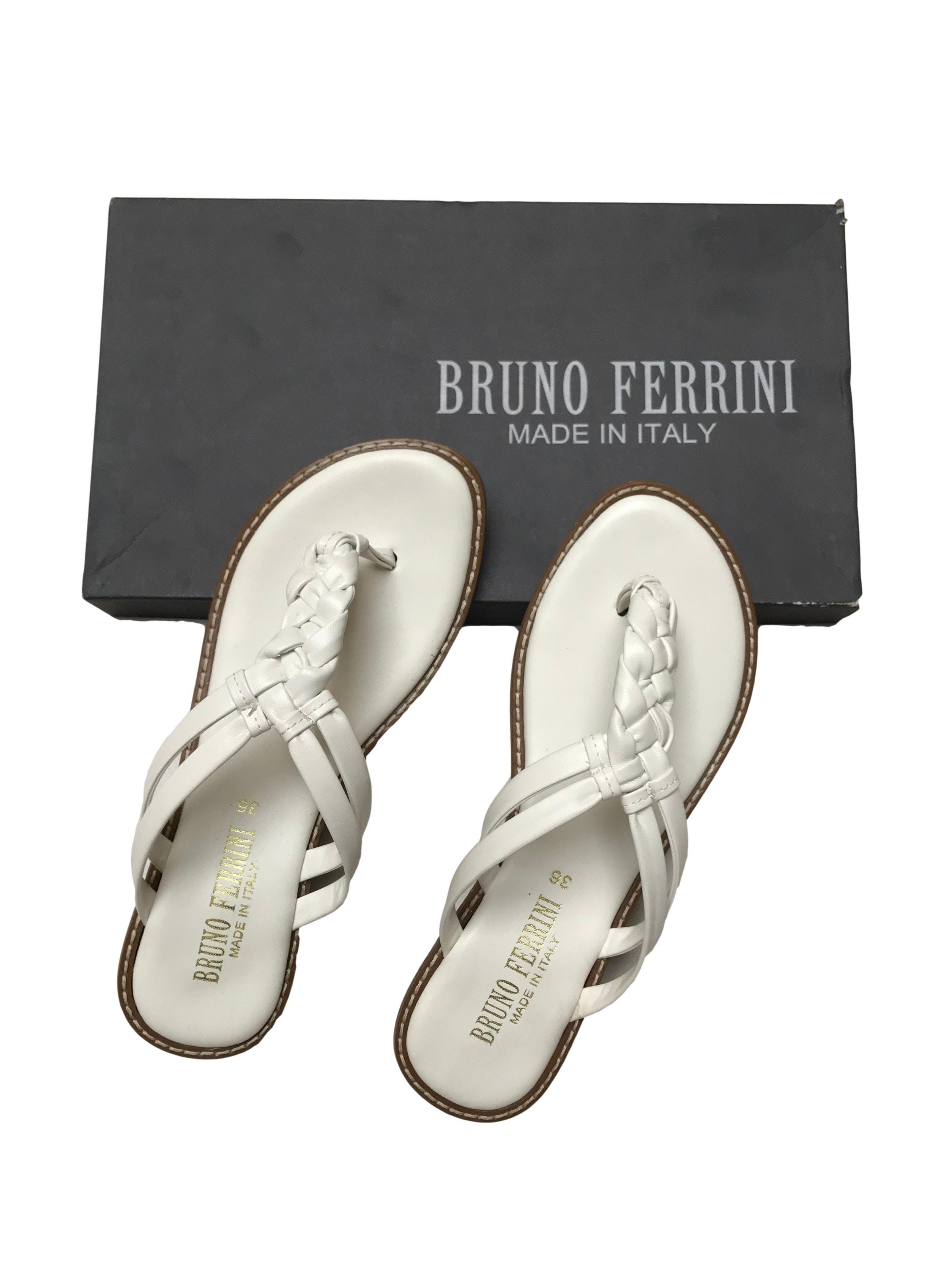 Sandalias Bruno Ferrini blancas de dos tiras trenzadas, taco 2.5cm. Nuevas en caja, precio original S/ 169