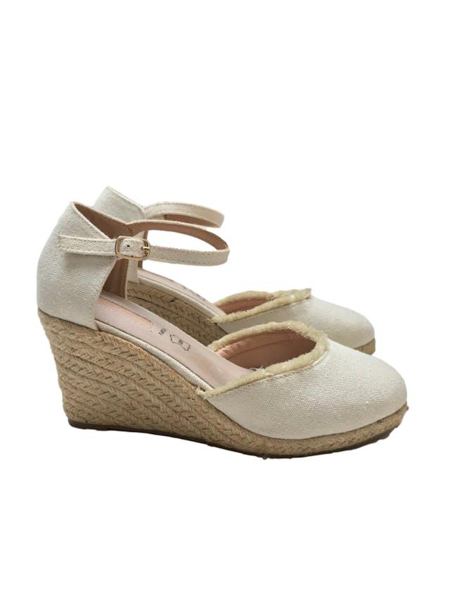 Zapatos Maquis de textil crema con correa al tobillo, detalle de flecos, taco cuña 8cm plataforma 1cm, plantilla de cuero. Como nuevos y muy cómodos foto 1