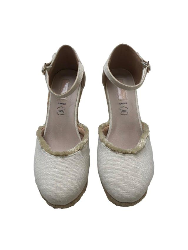Zapatos Maquis de textil crema con correa al tobillo, detalle de flecos, taco cuña 8cm plataforma 1cm, plantilla de cuero. Como nuevos y muy cómodos foto 2
