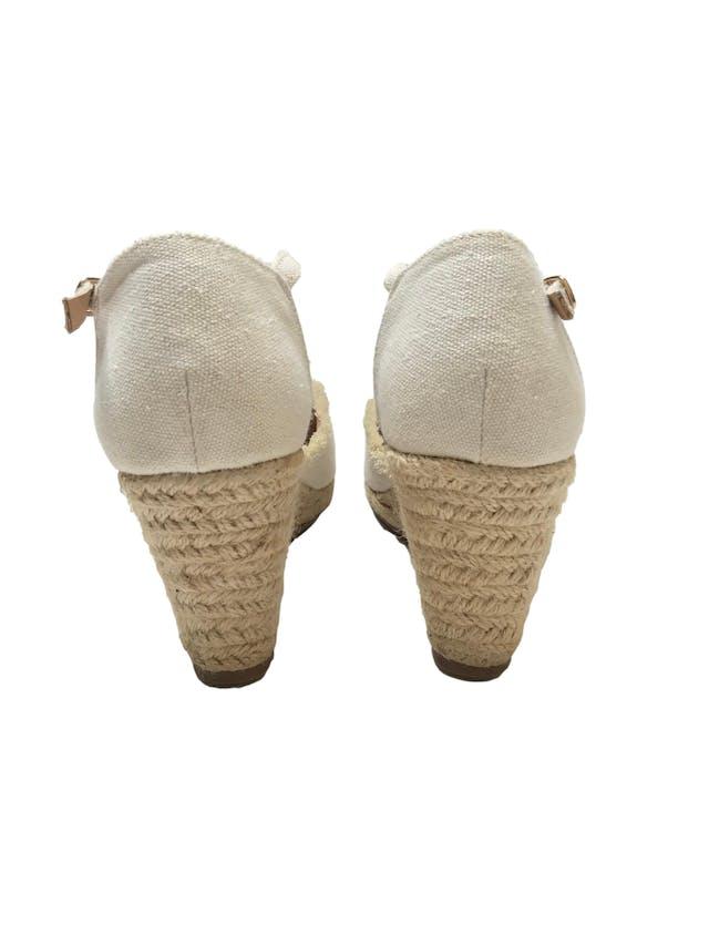 Zapatos Maquis de textil crema con correa al tobillo, detalle de flecos, taco cuña 8cm plataforma 1cm, plantilla de cuero. Como nuevos y muy cómodos foto 3