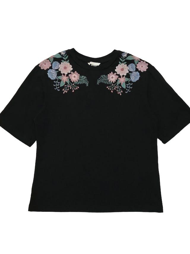 Polo H&M negro 100% algodón con flores bordadas. Busto 90cm Largo 52cm foto 1