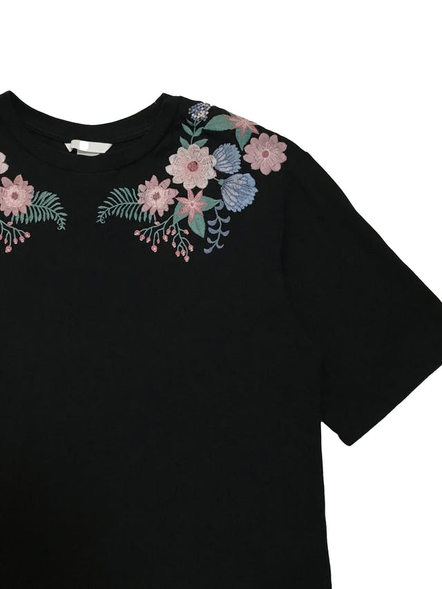 Polo H&M negro 100% algodón con flores bordadas. Busto 90cm Largo 52cm foto 2