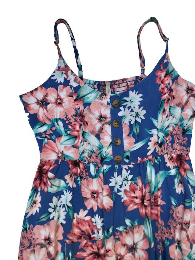Vestido Index azul con estampado de flores, tela fresca de viscosa, panal de abeja en la espalda, botones en el pecho y corte debajo de busto. Largo desde sisa 88cm. Se le ha cosido una tiritas, ver foto 2. foto 2