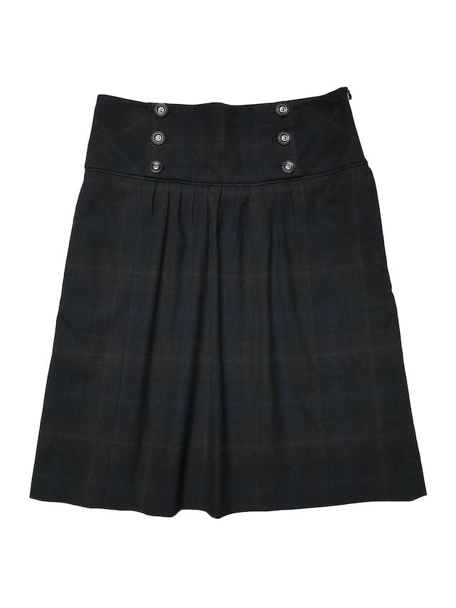 Falda Mango a cuadros negros y azules, tela tipo sastre con forro, pretina ancha con botones, bolsillos laterales y cierre al lado. Cintura 72cm Largo 55cm. Precio original S/ 219 foto 1