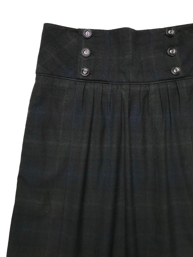 Falda Mango a cuadros negros y azules, tela tipo sastre con forro, pretina ancha con botones, bolsillos laterales y cierre al lado. Cintura 72cm Largo 55cm. Precio original S/ 219 foto 2