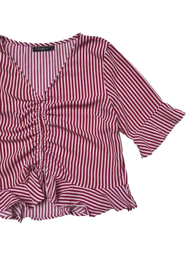 Blusa de crepé a rayas rosas y rojas, recogido delantero y volantes en mangas y basta. Busto 105cm Largo 50cm foto 2