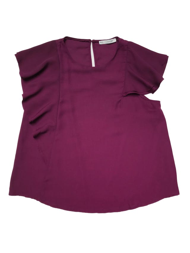 Blusa Sfera de gasa gruesa forrada, con volantes asimétricos y botón posterior en el cuello. Busto 108cm Largo 60cm. Precio original s/ 139 foto 1