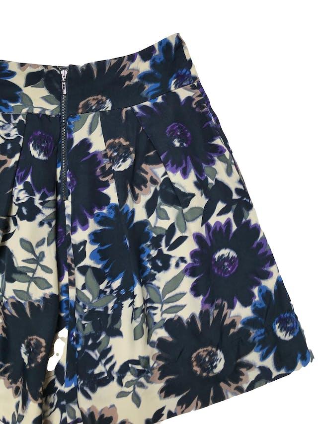 Falda Mango con pliegues y bolsillos laterales, tela gabardina beige con estampado de flores, lleva forro y cierre posterior. Cintura 72cm Largo 53cm foto 2