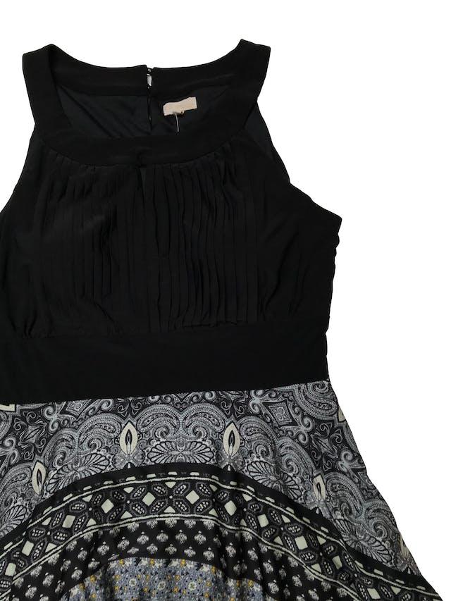 Vestido Stefano Cocci con parte superior de tela stretch negra plisada con copas internas, falda con estampado paisley asimétrica con vuelo. Tiene cierre lateral y forro. Busto 112 hasta 120cmcm Largo 130cm foto 2