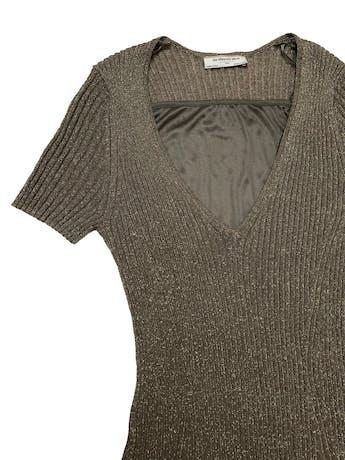 Vestido Zara Maternity (pero no es exclusivo de maternidad) de punto acanalado verde olivo con hilos dorados, lleva forro stretch. Largo 130 cm foto 2