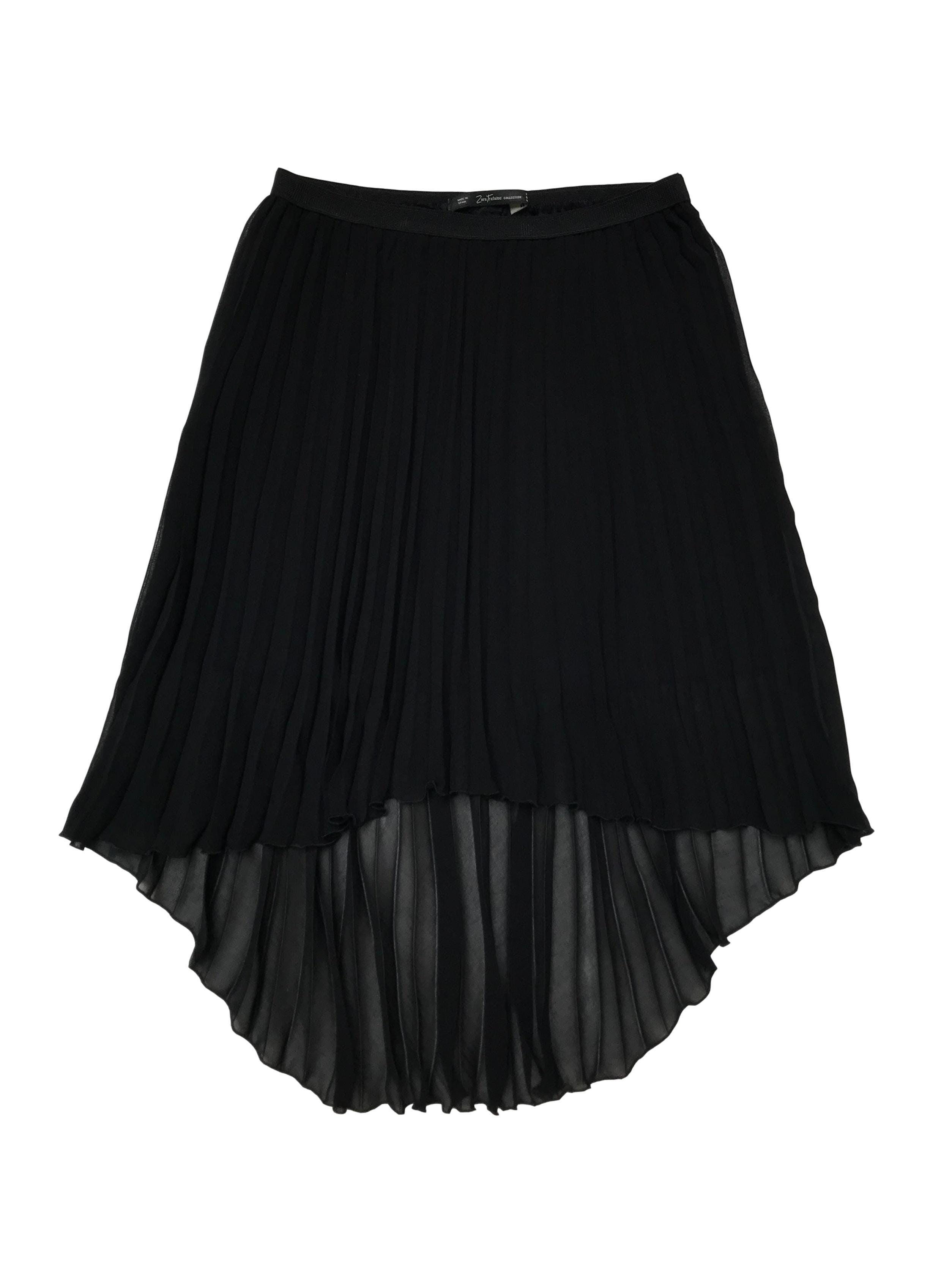 Falda asimétrica Zara negra plisada, tiene forro corto y pretina elástica. Largo 45 - 65cm. Precio original S/ 129