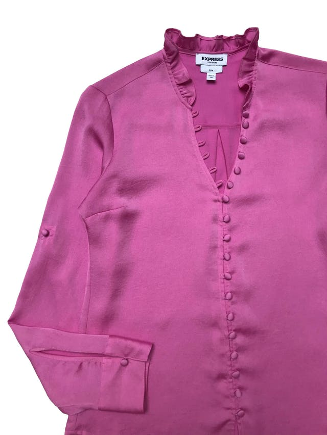 Blusa Express rosa chicle con fila de botones forrados y bobo en el cuello, mangas regulables con botón, es suelta. Busto 96cm Largo 60cm foto 2