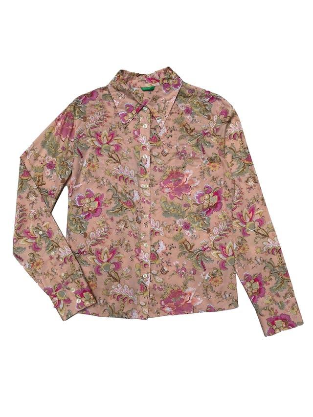 Blusa Benetton de algodón melón con estampado floral, fila de botones, bosturas en el pecho y tiene pinzas en la espalda. Busto 102cm Largo 55cm foto 1