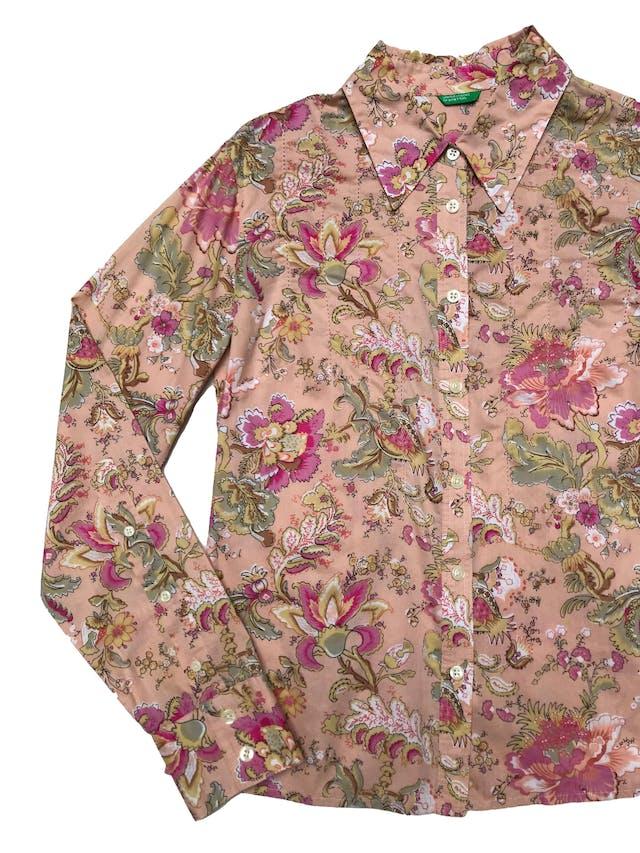 Blusa Benetton de algodón melón con estampado floral, fila de botones, bosturas en el pecho y tiene pinzas en la espalda. Busto 102cm Largo 55cm foto 2