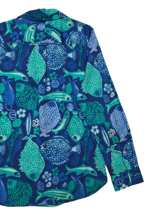 Blusa Talbots 100% algodón con textura en líneas, estampado de peces y flores de tonos azules, con botones en el pecho, es suelta. Busto 98cm Largo 65cm. Precio original s/ 290 foto 2