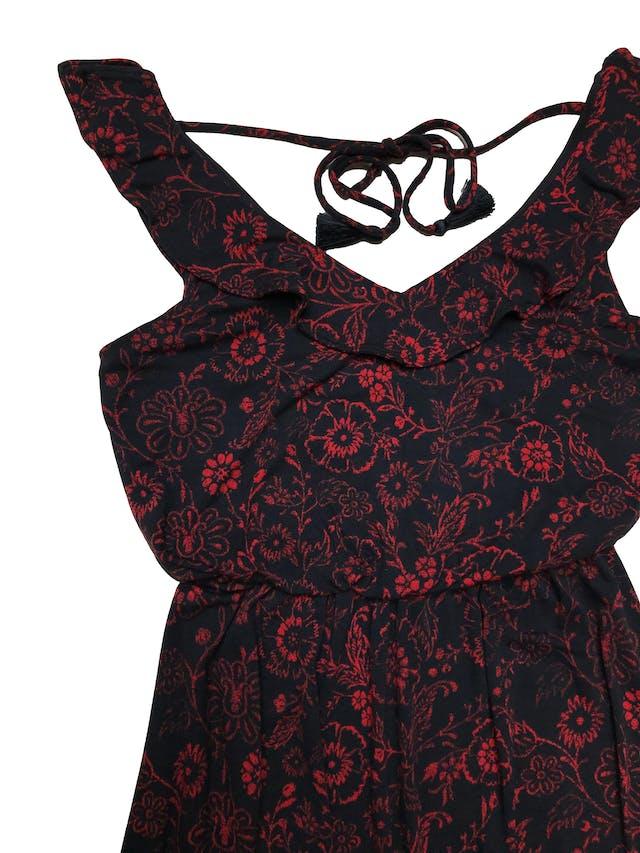 Vestido largo Loft azul con estampado de rojo de flores, tela tipo algodón con linda caída, elástico en la cintura, busto forrado, cuello con volante y pasador en la espalda. Largo 140cm. foto 2