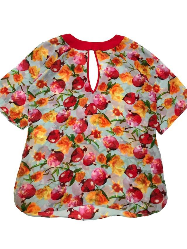 Salida de baño de gasa ploma con print de flores, ribetes rojos, escote gota adelante y en V en la espalda, manga 3/4 y aberturas laterales, es suelta. Largo 90cm. Nueva foto 1