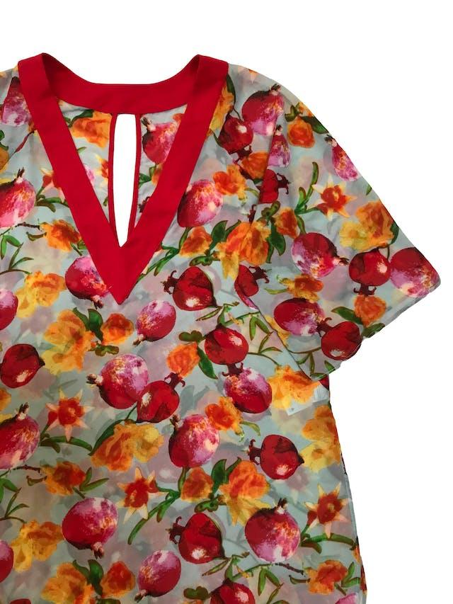 Salida de baño de gasa ploma con print de flores, ribetes rojos, escote gota adelante y en V en la espalda, manga 3/4 y aberturas laterales, es suelta. Largo 85cm. Nueva foto 2