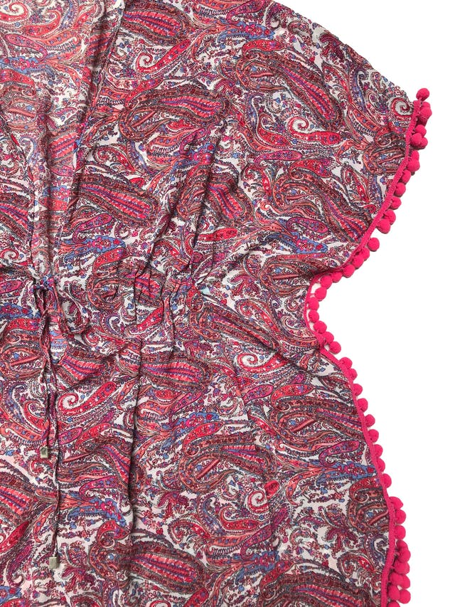 Salida de baño estampado de gasa con borlas fucsia, se amarra a la cintura. Largo 85cm. Nueva foto 2