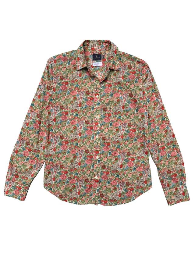 Camisa Lloyd´s 100% algodón rico al tacto, estampado floreado, tiene pinzas en la espalda. Busto 98cm Largo 60cm. Guiarse de las medidas ya que tiene el tamaño de un M pero en etiqueta pone XS. Precio original S/ 300 foto 1