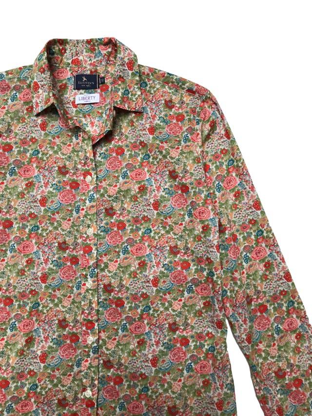 Camisa Lloyd´s 100% algodón rico al tacto, estampado floreado, tiene pinzas en la espalda. Busto 98cm Largo 60cm. Guiarse de las medidas ya que tiene el tamaño de un M pero en etiqueta pone XS. Precio original S/ 300 foto 2