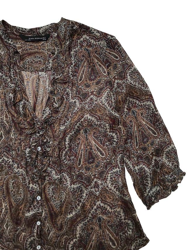 Blusa Zara 100% seda con estampado paisley, escote en V con bobos  y botones delanteros, mangas 3/4. Busto 98cm Largo 55-65cm foto 2
