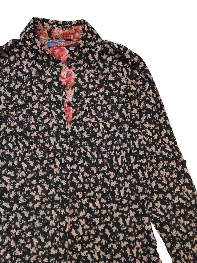 Camisa Zara 100% algodón negra con estampado de flores, tiene pinzas, botones y bolsillos delanteros. Busto 97cm Largo 60cm  foto 2