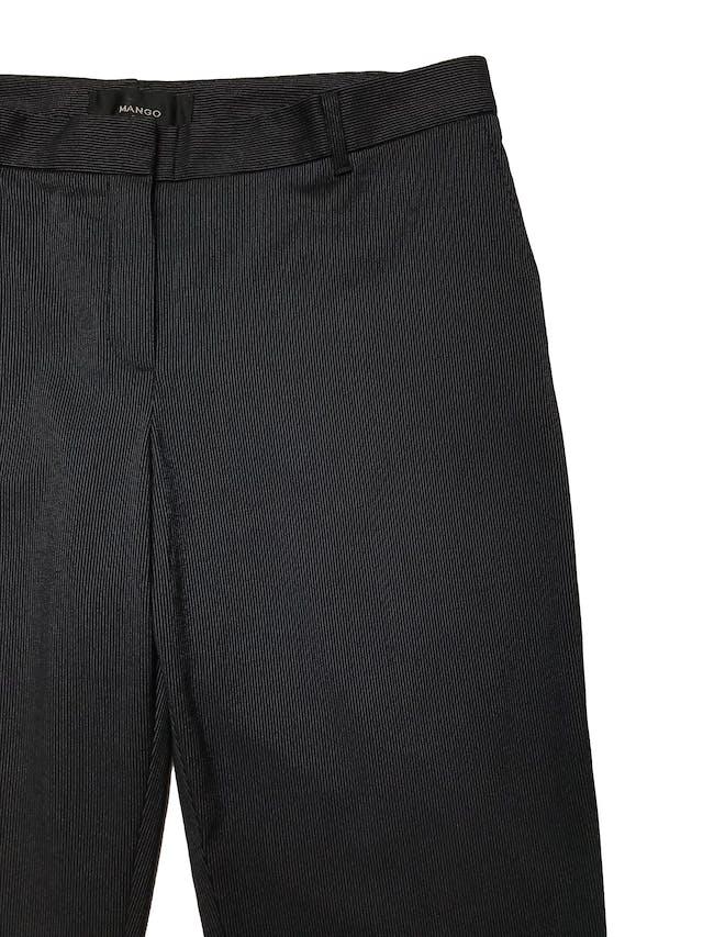 Pantalón Mango azul oscuro con líneas blancas, tiro medio, corte slim. Pretina 84cm Tiro 26cm Largo 100cm foto 2