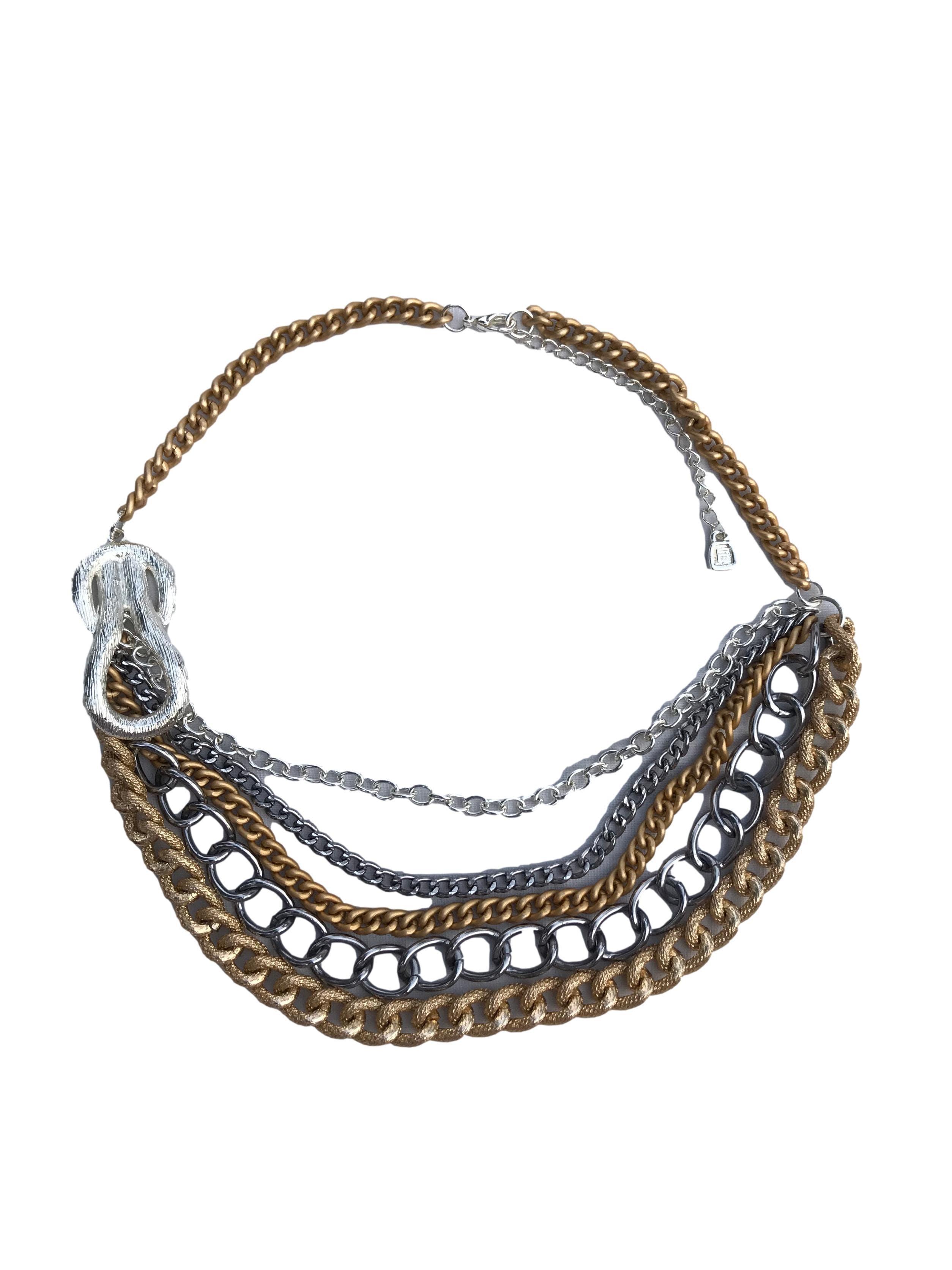 Collar de cadenas plateadas y doradas de distintas proporciones. Largo 48cm