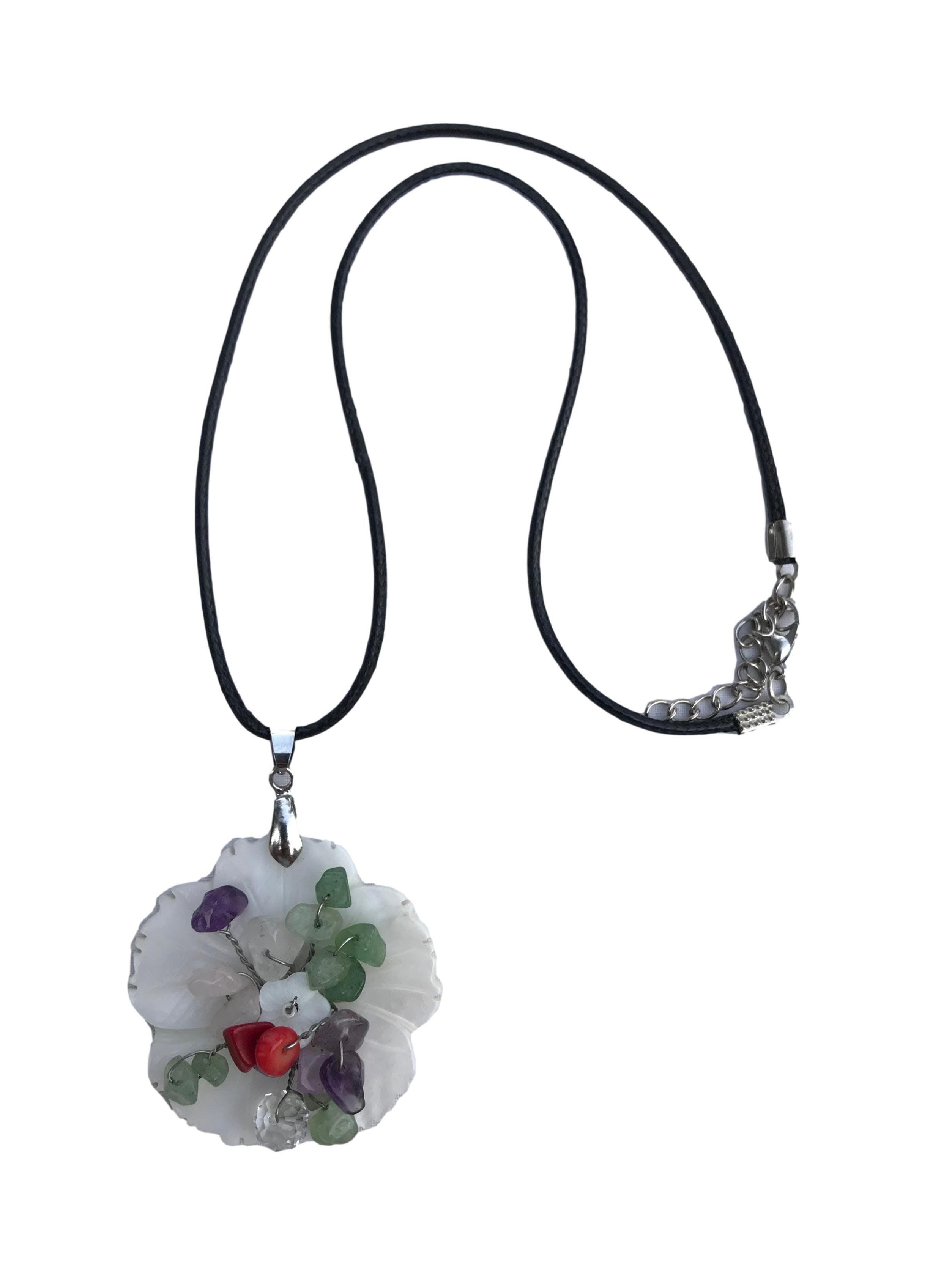 Collar con dije de concha en forma de flor y piedras de murano. Largo 45cm