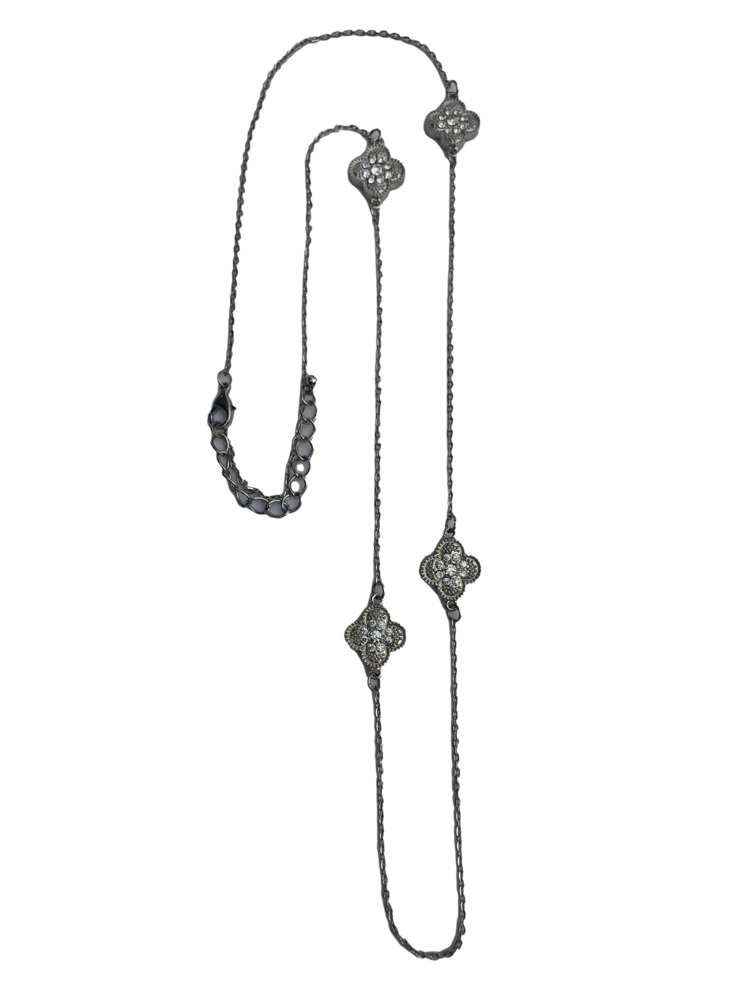 Collar cadena plateado con dijes flor e incrustaciones tipo diamante. Largo 90cm
