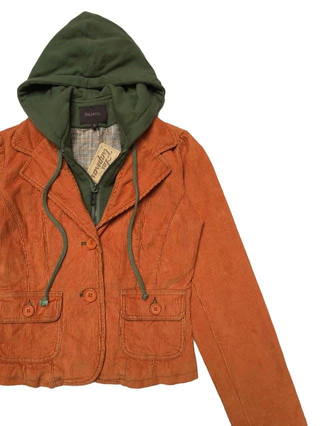 Casaca Dejavu de corduroy anaranjado, con forro, capucha y cierre tipo polera adheridos, 100% algodón. Largo 50cm foto 2