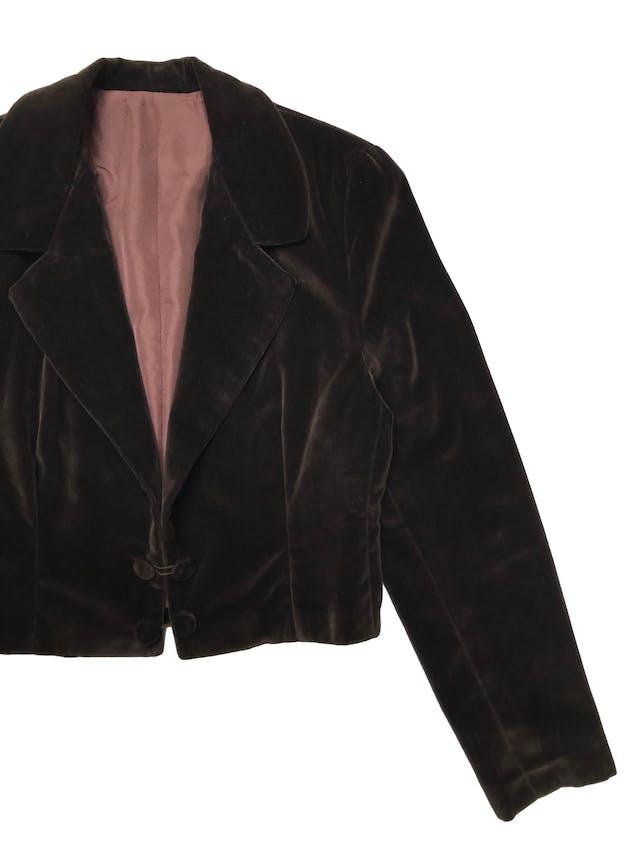 Chaqueta corta vintage tipo terciopelo marrón forrado, tiene hombreras, solapas y cuatro botones. Largo 45cm  foto 2