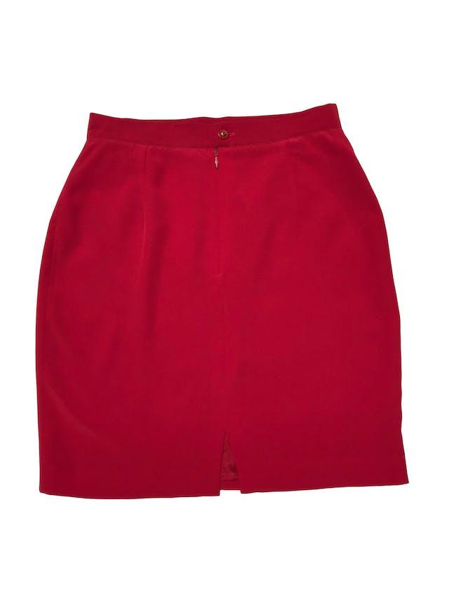Falda vintage roja con botón, cierre y abertura posterior, lleva forro. Cintura 70cm Largo 49cm. Tiene blazer conjunto. foto 2