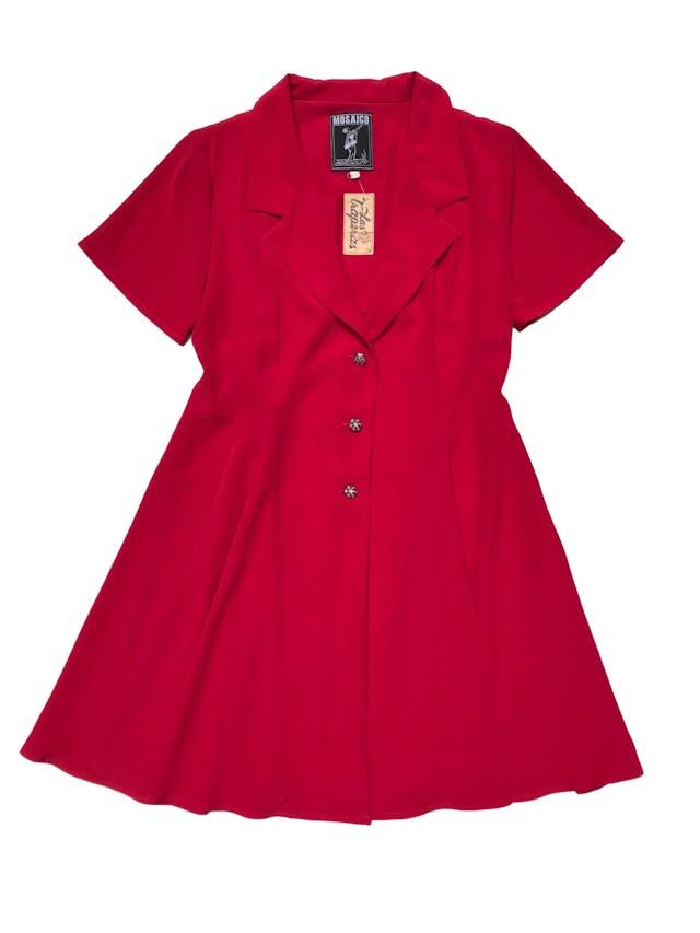 Blazer vintage rojo de tela fluida, corte campana con cuelo y tres botones joya al centro. Tiene falda conjunto. Busto 94cm Largo 82cm  foto 1