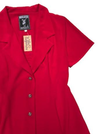 Blazer vintage rojo de tela fluida, corte campana con cuelo y tres botones joya al centro. Tiene falda conjunto. Busto 94cm Largo 82cm  foto 2
