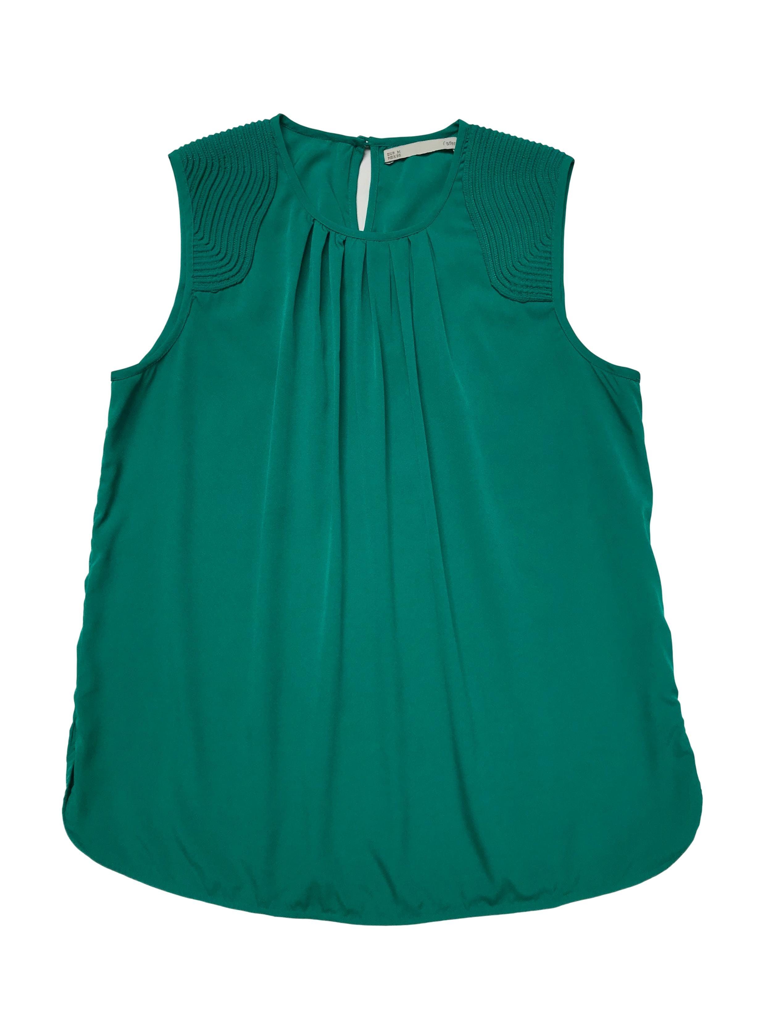 Blusa Sfera verde jade de tela plana con aplicaciones texturadas en los hombros, pliegues en el cuello y botón posterior en el cuello. Busto 100cm Largo 60cm