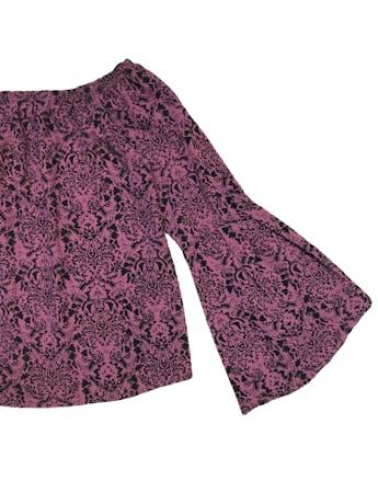 Blusa off shoulder con estampado de plush negro y mangas campana. Busto 92cm Largo 45cm foto 2